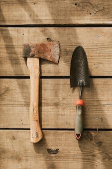 Hacha rústica por llana flatlay sobre un fondo de madera