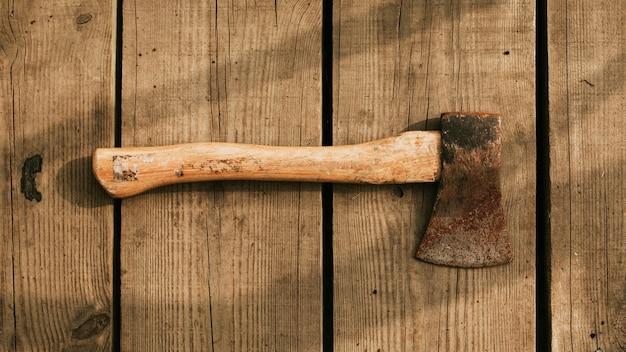 Hacha rústica sobre un fondo de madera flatlay