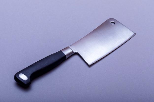 Hacha vintage para carne en tablero gris