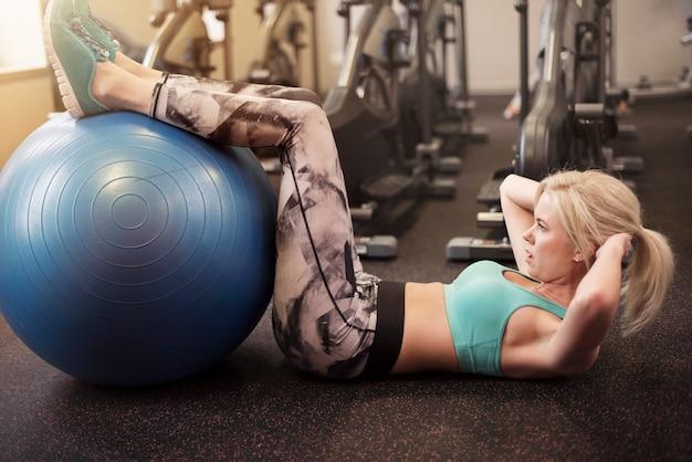 Haciendo abdominales en una pelota de fitness