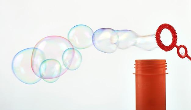 Haciendo burbujas de jabón abstracto en blanco
