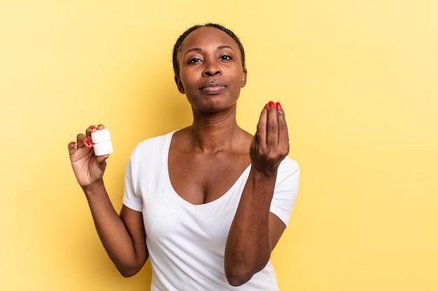Haciendo capice o gesto de dinero, ¡diciéndote que pagues tus deudas !. concepto de pastillas