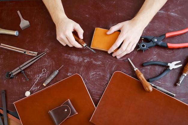 Haciendo carteras y maletines