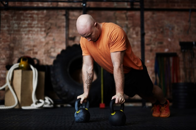 Haciendo flexiones en el gimnasio moderno