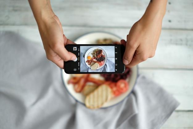 Haciendo una fotografía del desayuno inglés