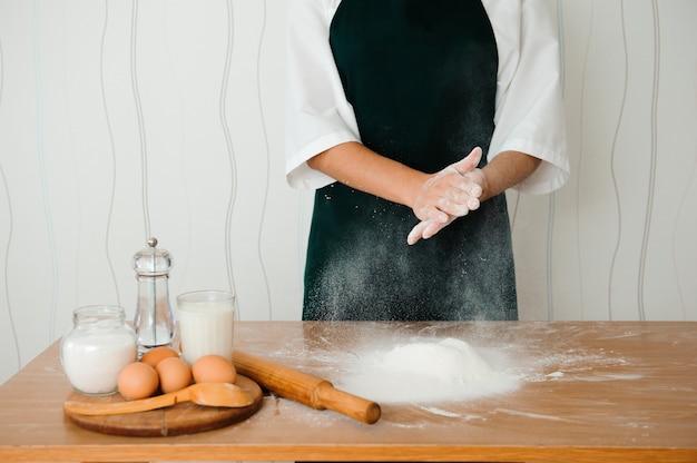 Haciendo masa por manos femeninas en panadería