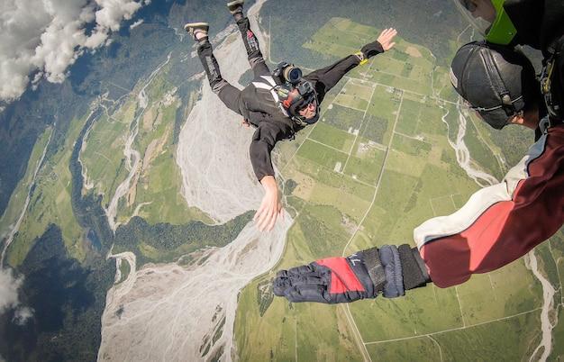 Haciendo películas y fotos durante el paracaidismo franz josef nueva zelanda