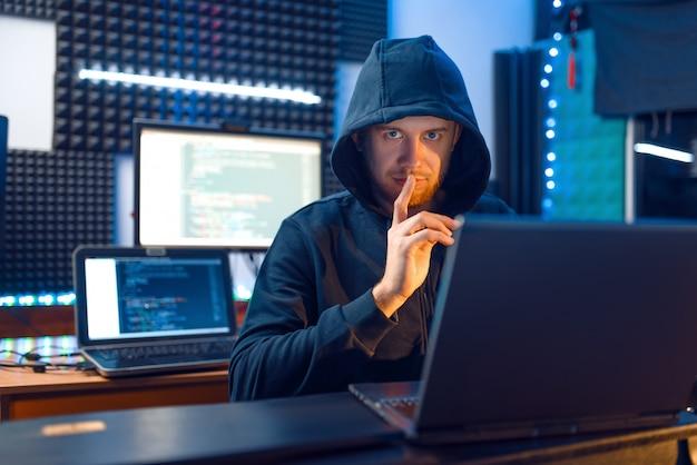 Hacker en el capó muestra los pulgares hacia arriba, criminal de la red