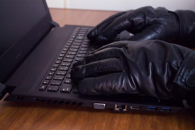 Hacker con computadora