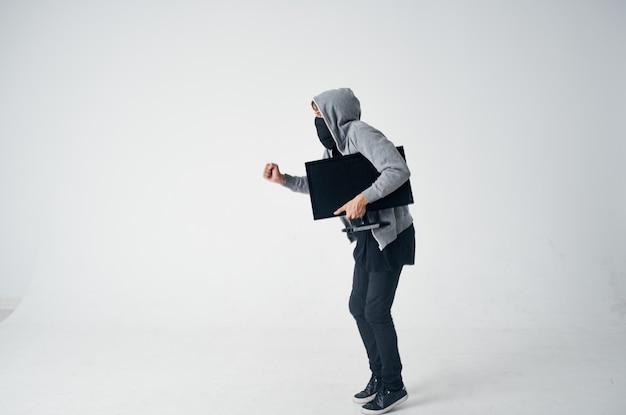 Hacker crimen anonimato precaución pasamontañas fondo claro