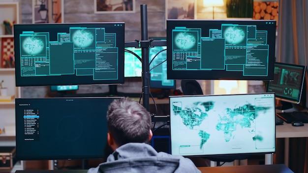 Hacker emocionado después de romper el servidor del gobierno usando una supercomputadora.