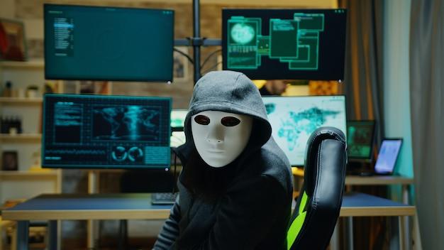 Hacker enmascarado con una sudadera con capucha para ocultar su identidad. penal de internet.