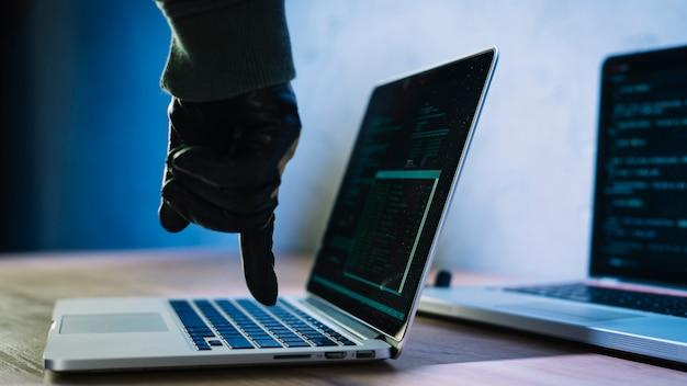Hacker escribiendo en portátil