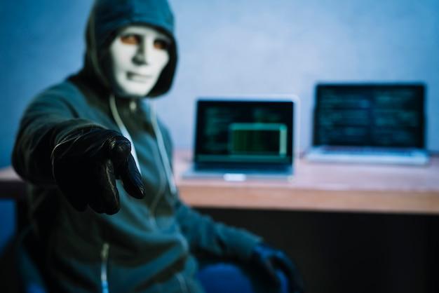 Hacker en escritorio