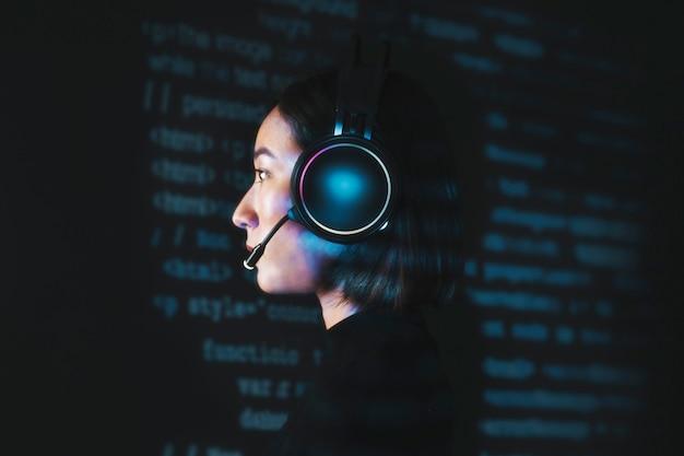 Hacker femenina descifrando el código binario