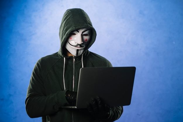 Hacker con máscara de anonymous