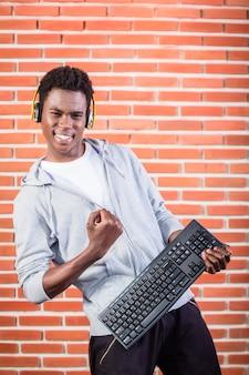 Hacker o programador de computadoras con laptop