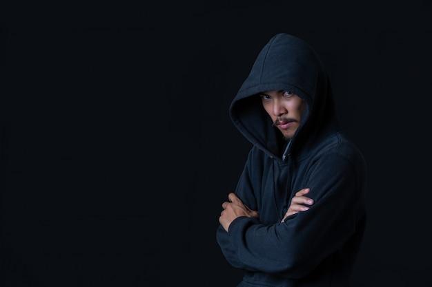 Hacker de pie en la oscuridad