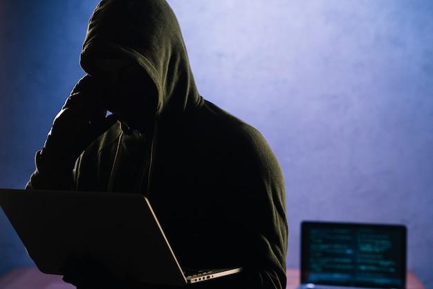 Hacker con portátil