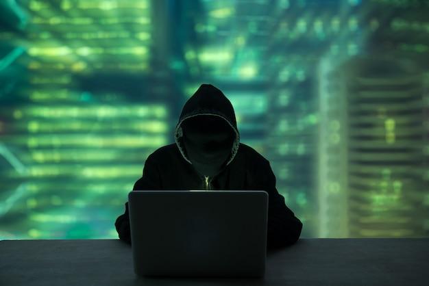 Hacker robando contraseña e identidad, delito informático