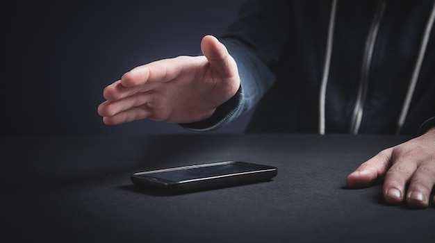 Hacker con smartphone. delito cibernético