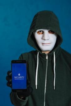 Hacker sujetando smartphone