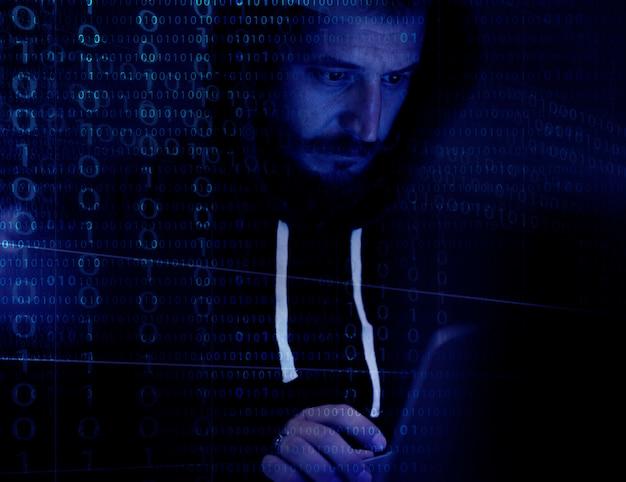 Hacker trabajando en el ciberdelito informático