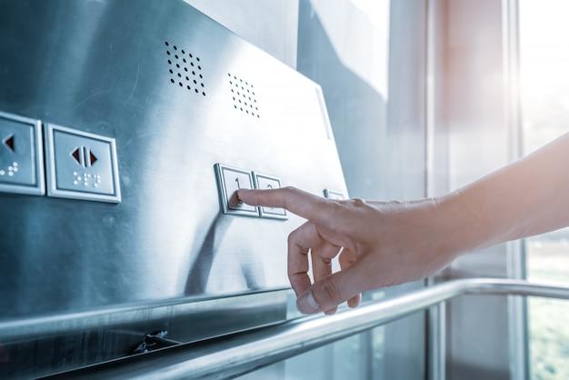 Haga clic en el botón del elevador con el dedo.