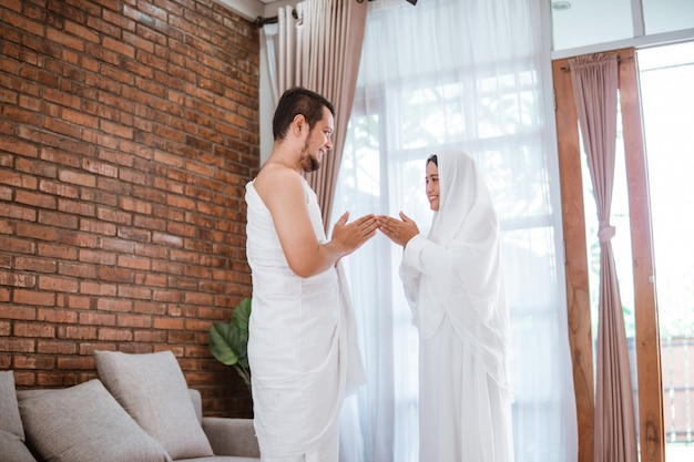 Hajj musulmán pareja asiática se dan la mano