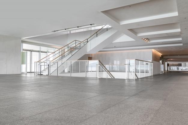 Hall de entrada y baldosas vacías, espacio interior.