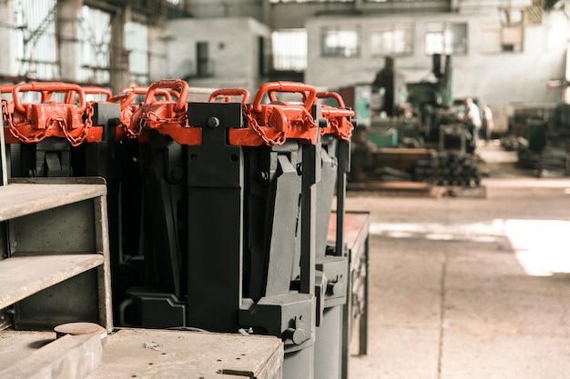 Hall de fábrica con equipos y maquinas