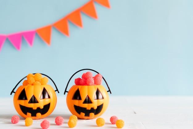 Halloween artesanía, naranja calabaza con gelatina de colores en la mesa de madera.