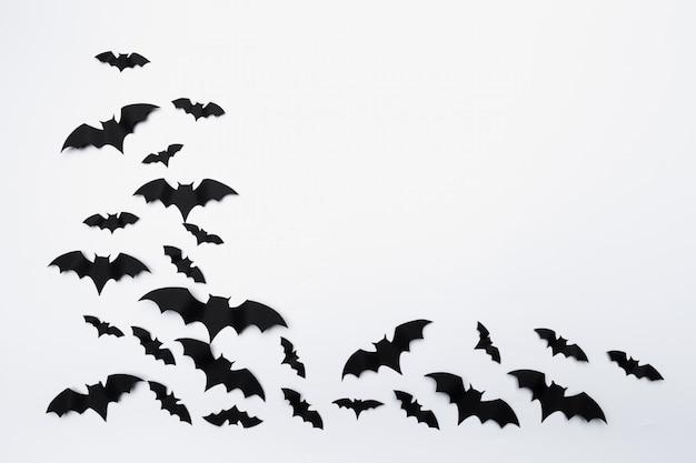 Halloween y concepto de decoración - murciélagos de papel volando fondo