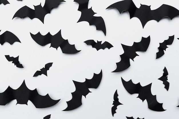 Halloween y concepto de decoración - murciélagos de papel volando