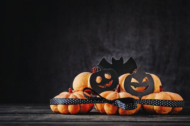 Halloween hecho en casa se apelmaza en la forma de la calabaza en fondo oscuro con el espacio de la copia. dulces de hallooween