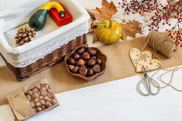 Halloween presenta fondo de embalaje. calabazas decorativas, castañas preparadas para empaquetar en caja de regalo artesanal.