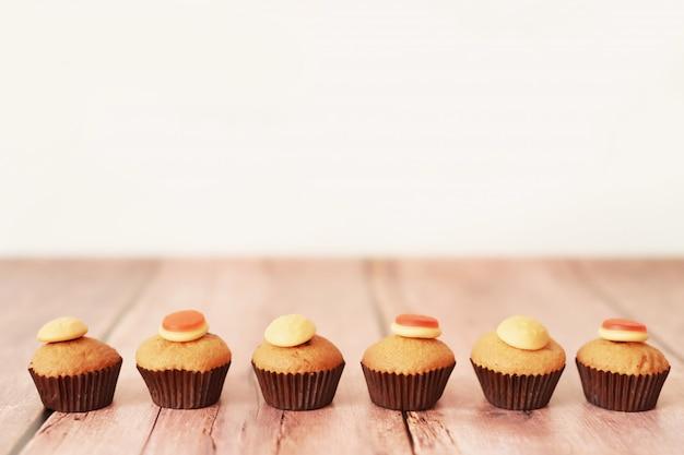 Halloween trata cupcakes en la mesa
