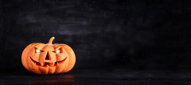 Halloween - viejo jack-o-lantern sobre fondo oscuro. bandera
