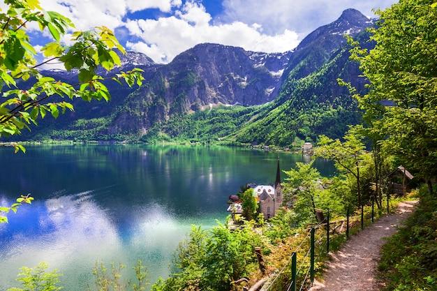 Hallstatt, lago y pueblo de picturesue en alpes austríacos