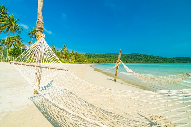 Hamaca con hermosa naturaleza playa tropical.