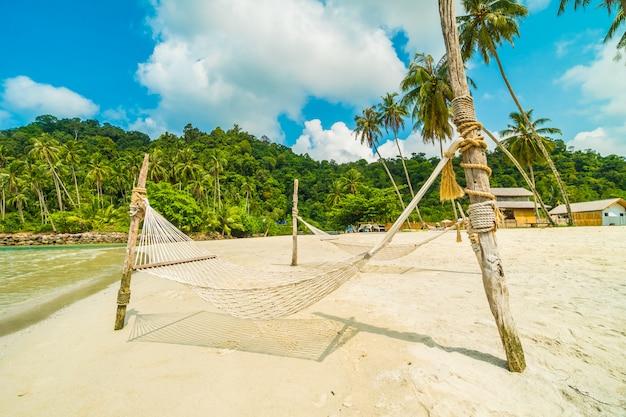 Hamaca en la hermosa playa tropical