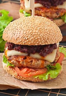 Hamburguesa americana con pollo y tocino, salsa barbacoa casera
