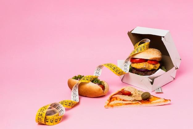 Hamburguesa en caja con cinta métrica
