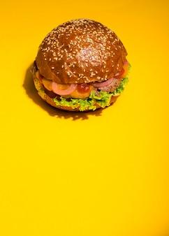 Hamburguesa de carne clásica lista para ser servida