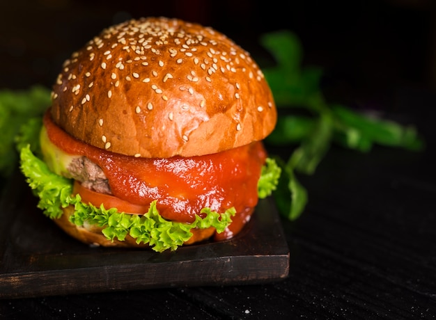 Hamburguesa de carne clásica de primer plano con salsa de tomate