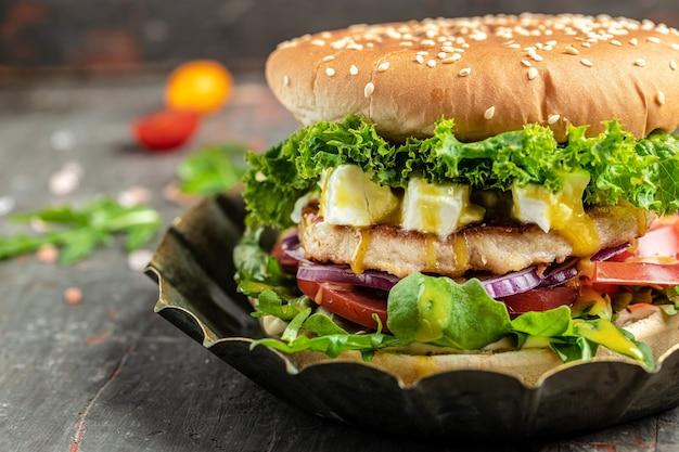 Hamburguesa casera con carne de pollo y queso feta, comida americana. comida rápida, pancarta, menú, lugar de recetas para texto,