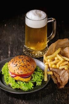 Hamburguesa casera con cerveza y papas