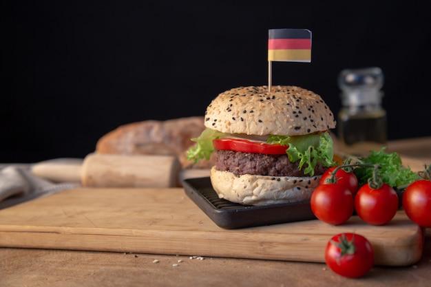 Hamburguesa casera en mesa de madera.