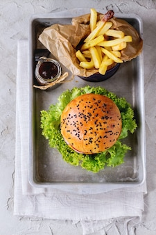 Hamburguesa casera con papas fritas