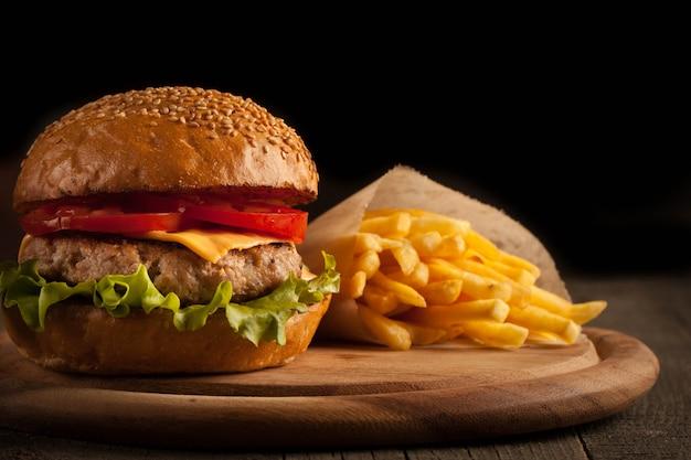 Hamburguesa casera con ternera, cebolla, tomate, lechuga y queso. hamburguesa con queso.
